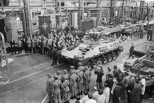 Handover of the first series vehicle to the troops on May 7, 1971 at MaK in Kiel.  The vehicles did not yet have chain aprons.  Source: MaK